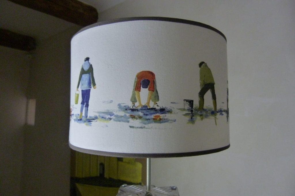 abat-jour cylindrique pêcheurs à pied sur fond coton blanc